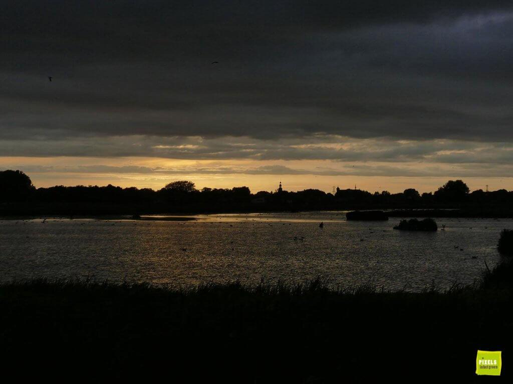 zonsondergang en donkere luchten