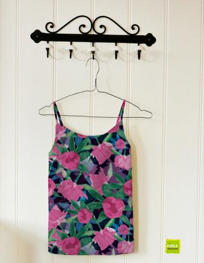 Zomers hemdje met patroon pioenrozen in roze en blauw