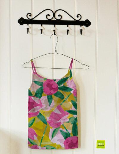 Zomers hemdje met patroon pioenrozen in roze en geel